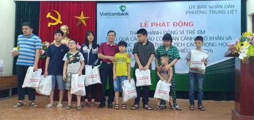 Phường Trung Liệt, quận Đống Đa: Trao quà cho các em có hoàn cảnh khó khăn