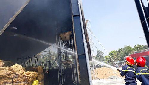 Quán bar bốc cháy, hàng chục công nhân bỏ chạy