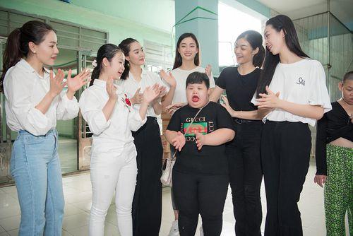 Dàn Hoa hậu, Á hậu tặng quà mừng Quốc tế thiếu nhi