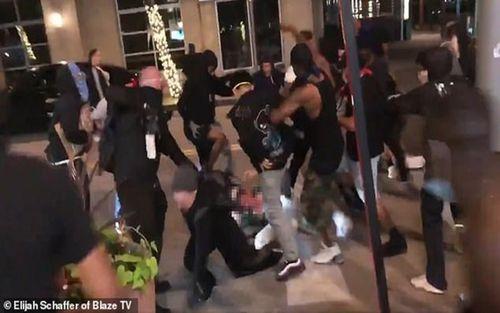 Video đám đông cướp bóc ném đá và đánh người đàn ông bảo vệ cửa hàng giữa biểu tình ở Mỹ