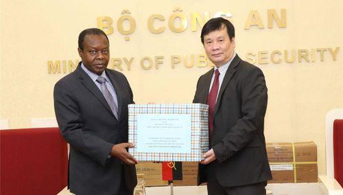 Bộ Công an Việt Nam trao trang thiết bị y tế tặng Bộ Nội vụ Angola