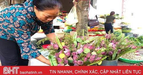 Hoa sen đắt khách ngày rằm ở Hà Tĩnh
