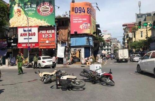 Hà Nội: Xe sang Mercedes tông 4 xe máy khiến 2 người nhập viện