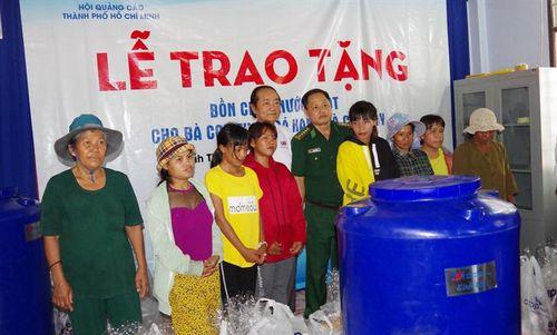Tặng bồn chứa nước cho đồng bào Raglai nghèo