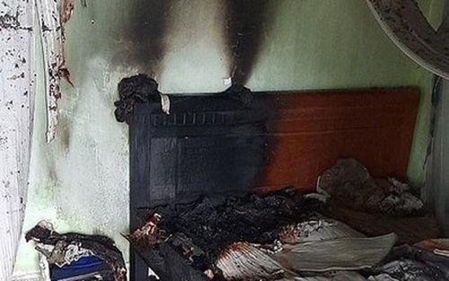 Con tưới xăng đốt cha, cả nhà bị bỏng nặng
