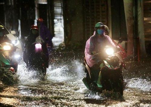 Hà Nội mưa lớn, nhiều tuyến đường ngập cục bộ