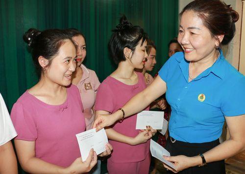Nghệ An: Trao hơn 200 suất quà cho giáo viên mầm non ngoài công lập khó khăn