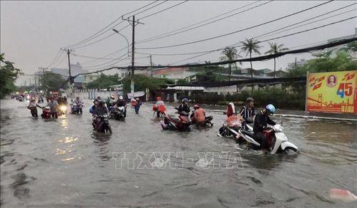 Thành phố Hồ Chí Minh thiệt hại nặng nề sau trận mưa lớn kèm dông lốc