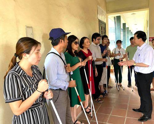 Hơn 1.000 người mù được trao gậy trắng hòa nhập cuộc sống