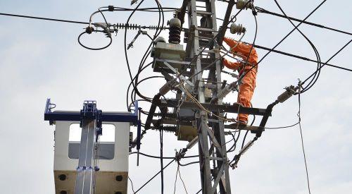 Niềm vui trong nỗi vất vả của thợ điện mùa nắng nóng