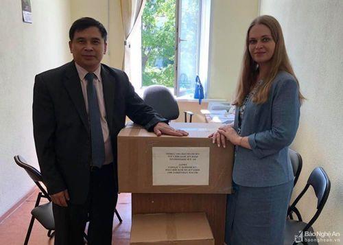 Hội Hữu nghị Việt - Nga tỉnh Nghệ An trao tặng khẩu trang cho TP. Ulyanovsk (Nga)