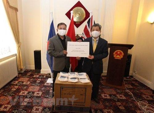 Ủy ban NVNONN tặng 10.000 khẩu trang cho cộng đồng người Việt Nam tại Anh chống COVID-19