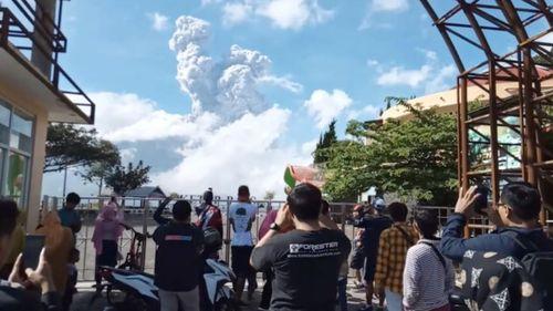 Khoảnh khắc núi lửa phun trào tạo thành những đám mây xám