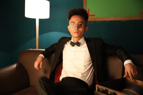 Rhymastic một mình 'cân' 4 vai trong MV mới để đả kích lối sống vật chất