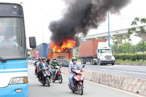 Xe container bốc cháy dữ dội trên Xa Lộ Hà Nội