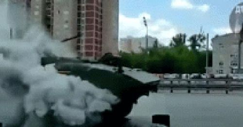 Xe bọc thép Bumerang tiên tiến nhất của Nga bốc cháy ngùn ngụt tại Quảng trường Đỏ