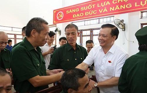 Bộ trưởng Đinh Tiến Dũng thăm và tặng quà thương, bệnh binh tại Trung tâm Điều dưỡng thương binh Nho Quan