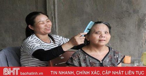 Người phụ nữ ở Hà Tĩnh 11 năm chăm sóc hàng xóm tật nguyền