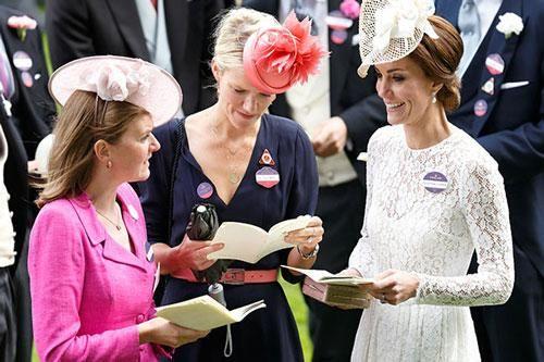 Điều ít biết về hội bạn thân đẳng cấp của Công nương Kate khác hoàn toàn so với nhóm bạn 'thân ai nấy lo' của Meghan Markle