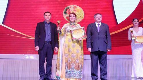 Nữ doanh nhân Làn Thu Thủy được trao tặng Cúp Bông Hồng Vàng ASEAN 2020