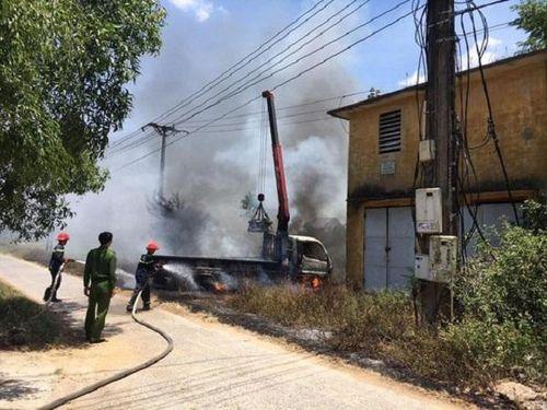 Nghệ An: Vướng dây điện, xe cẩu bốc cháy khiến tài xế tử vong