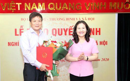 Trao Quyết định nghỉ hưu hưởng chế độ BHXH cho Quyền Tổng biên tập Nguyễn Trung Chính