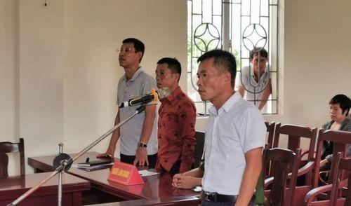 Lĩnh án tù vì đẩy cán bộ phường xuống hồ nước