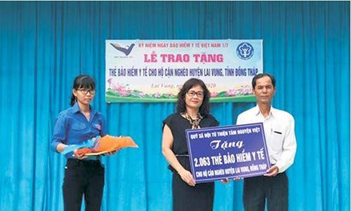 Huyện Lai Vung, nhiều người được tặng thẻ bảo hiểm y tế và khám, phát thuốc miễn phí