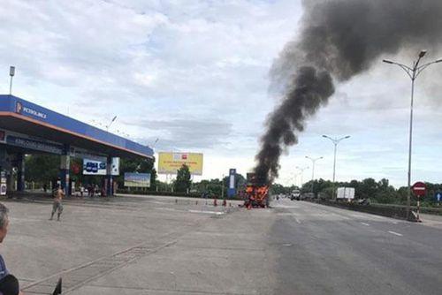 Xe đầu kéo bốc cháy dữ dội trước cây xăng trên Quốc lộ 1A