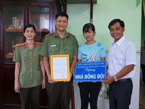 Báo Pháp Luật TP HCM trao Nhà đồng đội tại Trà Vinh