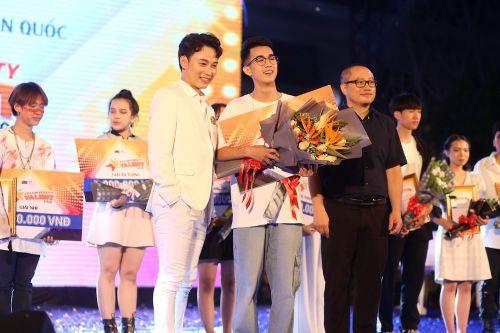 Vừa đàn vừa hát, nam sinh Quảng Bình giành Quán quân 'Học bổng Tài năng' ĐH FPT