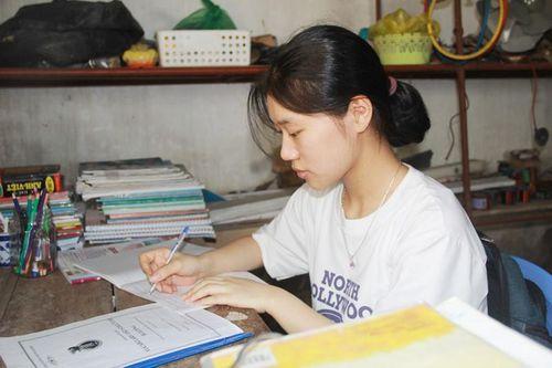 Cô học trò mê ngoại ngữ 'nuôi' ước mơ thành nhà ngoại giao
