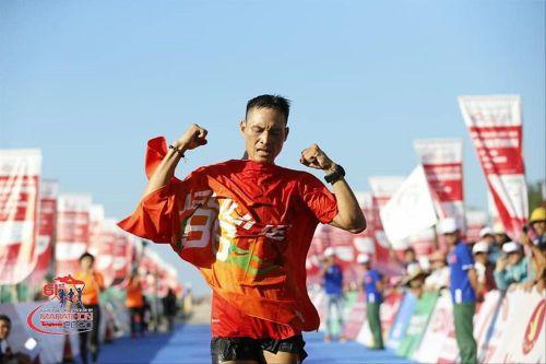 Thợ chụp ảnh 'dạo' gây sốc khi giành huy chương ở Tiền Phong Marathon
