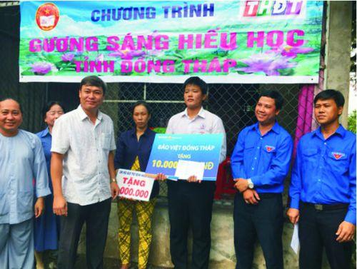 Trao học bổng 'Gương sáng hiếu học'