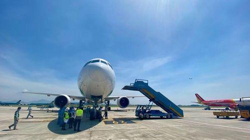 Sân bay Nội Bài: Lái xe chạy qua đuôi máy bay đang lùi