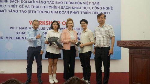 Hai học sinh Việt sáng chế chiếc mũ bảo hộ độc đáo chống dịch Covid-19