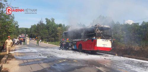 Xe khách bốc cháy dữ dội trên đường tránh Huế