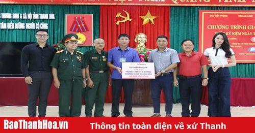 Báo Tiền phong và các nhà tài trợ tặng quà cho cựu TNXP và các thương bệnh binh