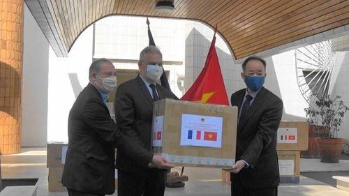 Những món quà nghĩa tình Việt Nam trên đất Pháp