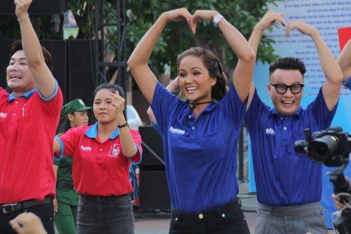 Hoa hậu H'Hen Niê, ca sỹ Hoàng Bách, Ái Phương khởi động hè tình nguyện cùng bạn trẻ TPHCM