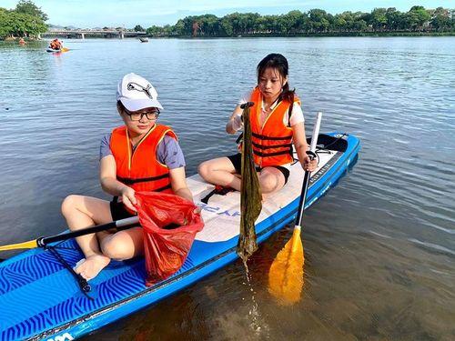 Chèo thuyền nhặt rác làm sạch dòng sông di sản