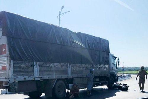 Chồng chết, vợ bị thương sau va chạm với xe tải