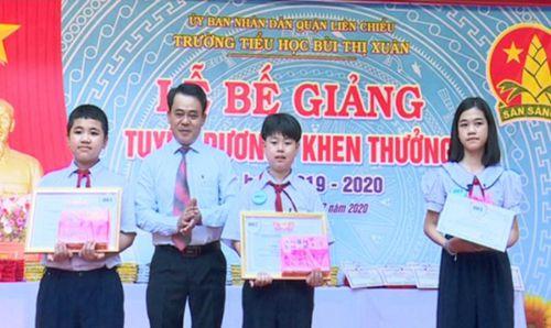Các trường tổ chức bế giảng, khen thưởng học sinh xuất sắc
