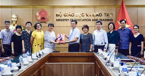 Bộ GD&ĐT tiếp nhận gói thiết bị viện trợ do Tổ chức Đại học Pháp ngữ trao tặng