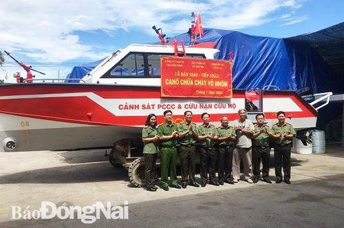 Công an Đồng Nai tiếp nhận Canô vỏ nhôm đầu tiên phục vụ phòng cháy chữa cháy, cứu nạn cứu hộ
