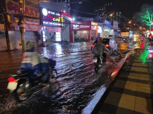 Cửa ngõ Sài Gòn chìm trong biển nước sau cơn mưa lớn