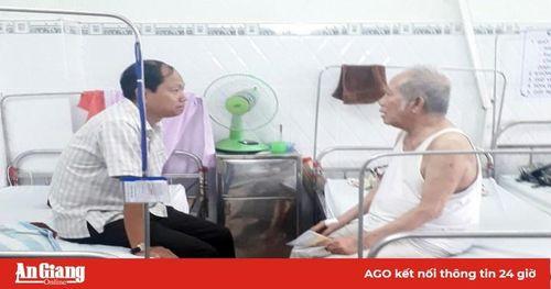 Bí thư Huyện ủy Châu Phú Trần Thanh Nhã thăm các gia đình chính sách
