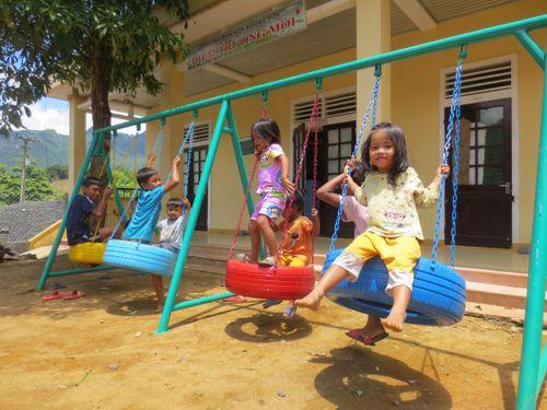 MCNV xây tặng hai sân chơi cho hàng trăm trẻ dân tộc tại Quảng Trị