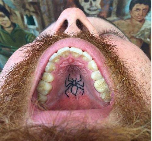 Nghệ sĩ tiết lộ những điều chưa biết về trào lưu xăm hình trong vòm miệng