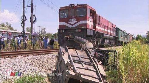 Tin tức tai nạn giao thông ngày 26/7: Xe công nông bị tàu hỏa kéo lê 400m tại Nghệ An